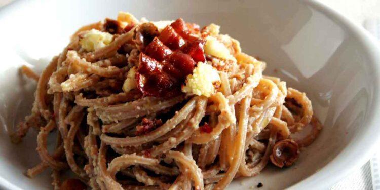 Espaguetis integrales, coliflor, avellanas y tocino asado