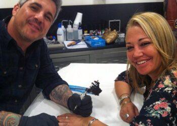 Belén Esteban haciéndose un tatuaje